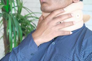 hombre en un collarín foto