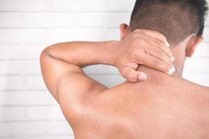 hombre que sufre de dolor de cuello foto