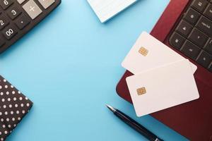 vista de ángulo alta, de, tarjetas de crédito, en, computadora portátil