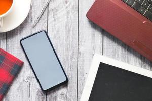vista superior de un teléfono en un escritorio foto