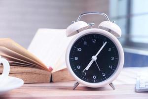 reloj despertador en un escritorio foto
