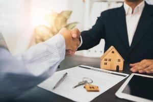 negociación exitosa y apretón de manos de la relación del concepto de bienes raíces foto