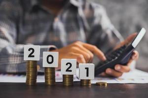 Ahorrar y concepto de gestión financiera, mano cercana del empresario calculando la economía foto