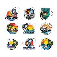 Establecer el diseño de la insignia del emblema del logotipo de pesca. Logotipo de pesca con pescador en barco y emblema con pescado capturado en la ilustración de la caña de pescar vector