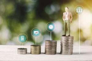 modelo de gente de negocios con monedas de dinero y gráfico financiero foto