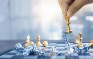 Mano de primer plano jugando al ajedrez, estrategia y concepto de negocio de planificación foto