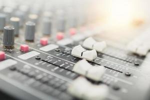 Equipo de botón de ajuste de audio en el estudio de grabación. foto