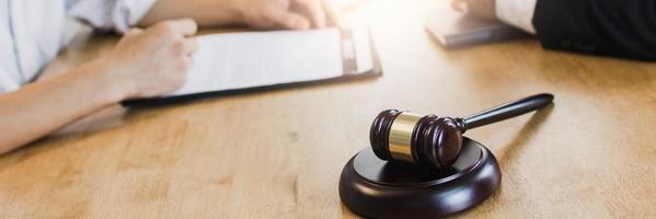 martillo de justicia en la mesa, derecho legal, concepto de asesoramiento foto