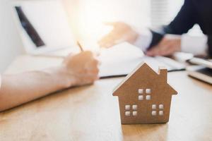 concepto de bienes raíces, compra o alquiler de apartamento o casa, y firma de documentos para la compra de bienes raíces foto