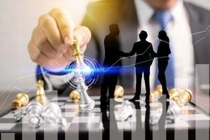 empresario sosteniendo peleas de ajedrez, concepto de planificación con silueta de personas foto