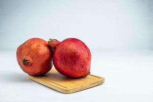 fruta de la granada en una tabla de madera foto