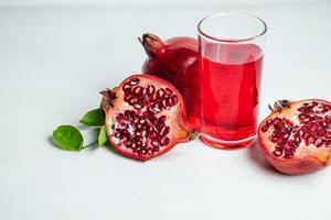 fruta y jugo de granada foto