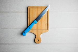 tabla de cortar y un cuchillo foto