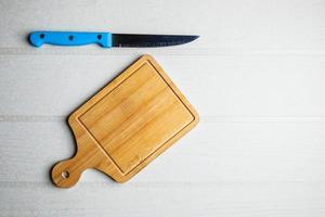 vista superior de una tabla de cortar y un cuchillo foto