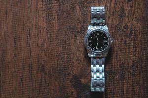 reloj de pulsera sobre un fondo de madera foto