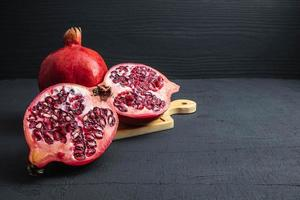 fruta de granada en negro foto