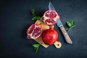 fruta de granada y un cuchillo foto
