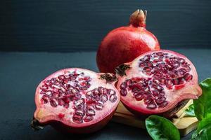 fruta de granada cortada por la mitad foto