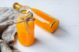 frascos de jugo de naranja foto