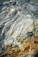 Detalle de una piedra arenisca fisurada foto