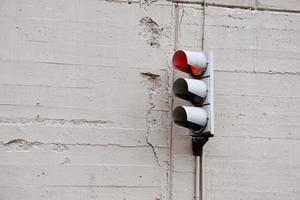 semáforo en la calle de la ciudad foto
