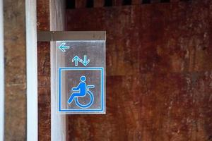 señal de silla de ruedas en la pared foto