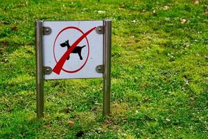 No dogs sign on the grass
