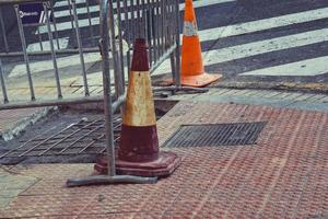 cono de trafico en la calle foto