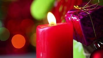 rotes Kerzenlicht und Geschenkbox video
