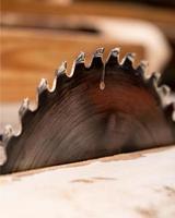 hoja de sierra circular para corte de madera foto