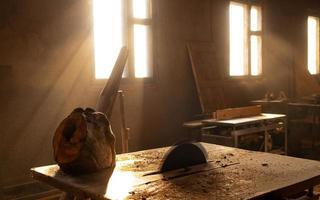 Una hoja de sierra circular en un taller de corte de madera vacío foto