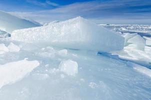 grandes trozos de hielo flotante conducidos a la orilla del mar para crear icebergs, mar Báltico en invierno foto