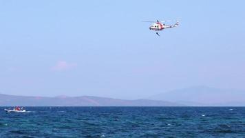 helicóptero segurando operação de mergulho de captura de refugiados