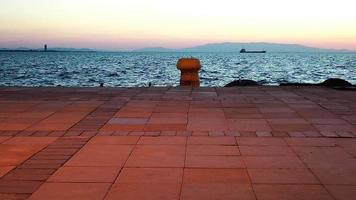 o cais e o mar à tarde