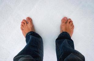 pies descalzos sobre la nieve foto