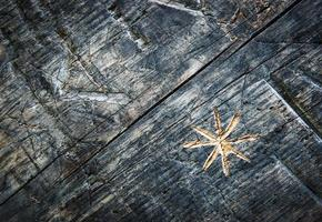 estrella tallada en madera vieja foto