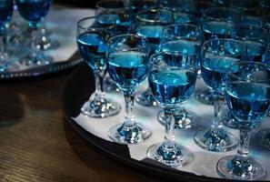 líquido azul en vasos foto