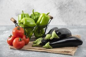 Verduras frescas maduras colocadas sobre una mesa de piedra foto