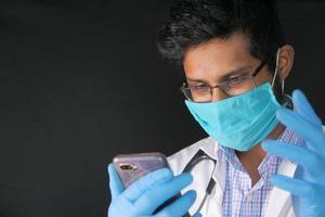 Joven médico hablando con la cámara en el chat de video foto