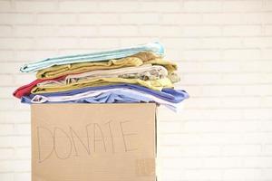 caja de donación con fondo neutro foto