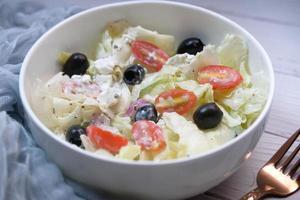 Cerca de ensalada griega en un recipiente foto