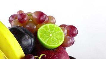 fruits citron vert raisin banane et pomme
