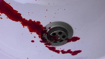 sangue e injetor de agulha no suporte de lavagem de banho