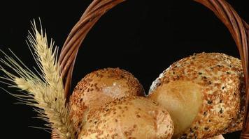 pão e trigo em uma cesta de vime