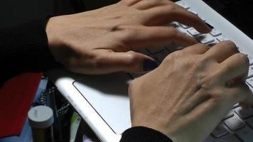 mãos de mulher digitando no teclado do computador