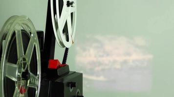 filme de câmera vintage rolando na parede video