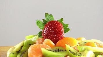 morango banana kiwi e tangerina laranjas