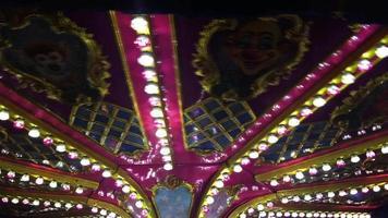 carrousel coloré dans le parc d'attractions