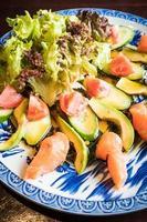 ensalada de salmón y aguacate