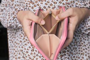mujer sosteniendo una billetera vacía foto